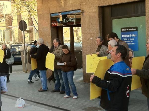 Els iaioflautes ocupen un banc de badalona for Caixa de pensions oficinas