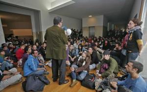 Jimenez Raneda, rector de la Universitat d'Alacant, dirigint-se als manifestants